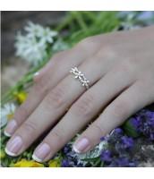 Strieborný prsteň s motívom kvetín - R0457