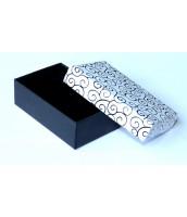 Bielo-čierna darčeková krabička na šperky s ornamentom - DKR53