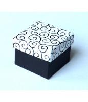 Darčeková krabička na prsteň bielo-čierna s ornamentom - DKR60